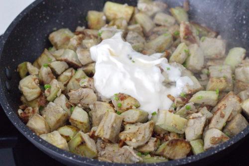 Жареные баклажаны со взбитым яйцом и луком - рецепт пошаговый с фото