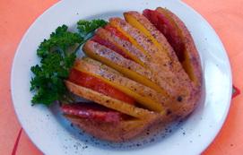 Картофельный веер с овощами и колбасой в фольге