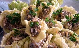 Невероятно вкусная закуска из печени на листьях салата