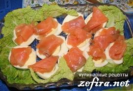 Рецепт простой закуски «Лодочки из яиц с красной рыбой»