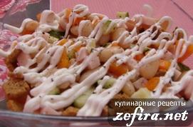 Салат из ветчины с фасолью и сухариками