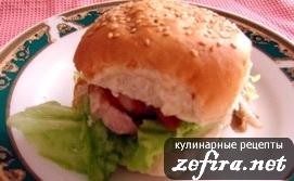 На завтрак гамбургер с овощами и обжаренным мясом