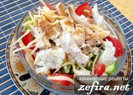 """Салат """"Цезарь"""" с куриной грудкой, овощами и сухариками"""