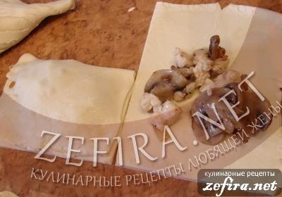 Пирожки из слоеного теста с грибами и курицей -7 этап