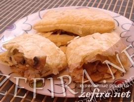Пирожки из слоеного теста с грибами и курицей