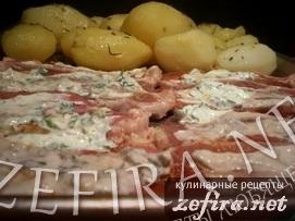 Мясо со сметанной корочкой и печеный картофель