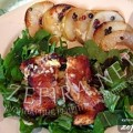 Куриная грудка (или семга) на зеленой подушке (шпинат и щавель) с карпаччо из перченых груш и йогуртовым соусом