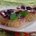 Нежное пирожное с творожной начинкой и ягодами