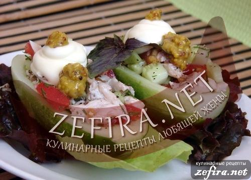Огуречные лодочки с салатом из овощей и курицы