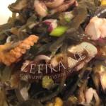 Салат из морской капусты с морским коктейлем