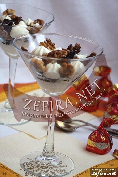 Десерт из чернослива с грецкими орехами и сметанным соусом