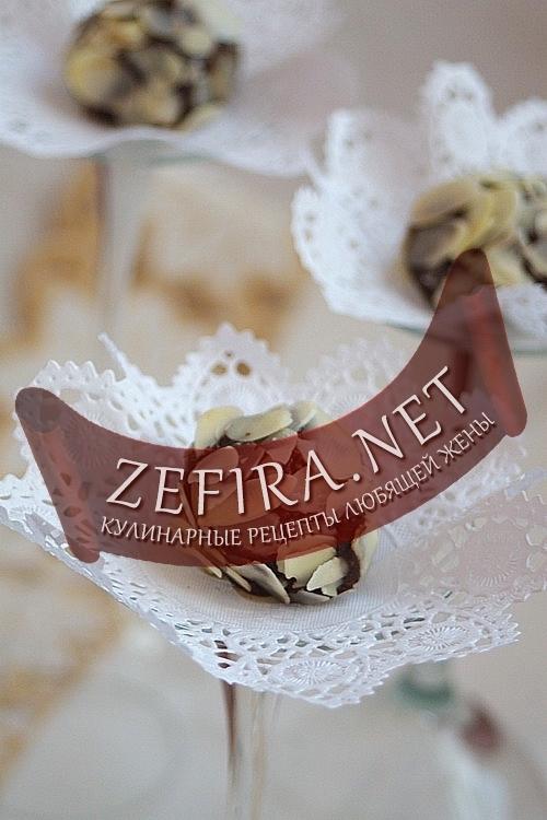 Шоколадные конфетки в миндальной стружке с сушеной вишней