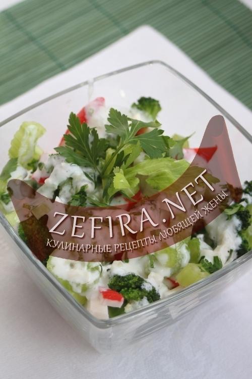 Салат из крабовых палочек с сельдереем и брокколи