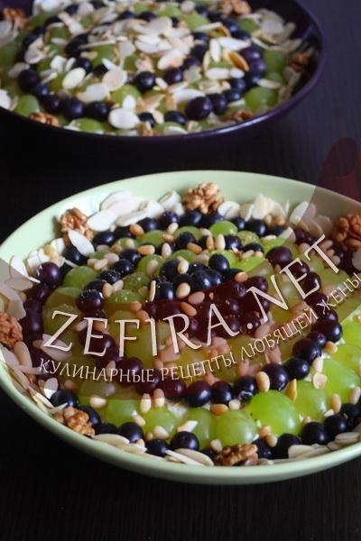 Салат с курицей, виноградом и орехами (фото)