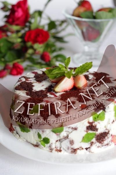 Шоколадный торт клубникой