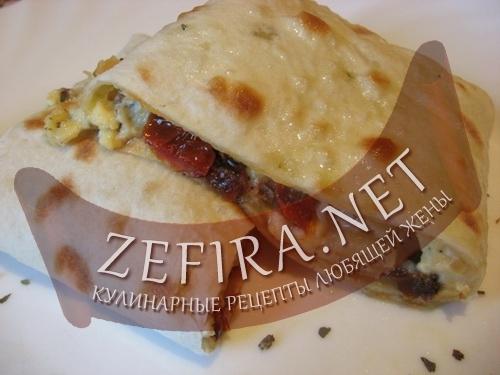 Конвертики из лаваша с начинкой из двух сыров и вяленными помидорами