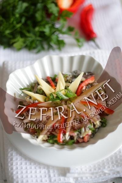 Салат из морской капусты с сыром и перцем