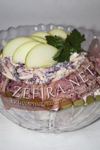 Салат из капусты с яблоками, маринованными огурцами и свининой