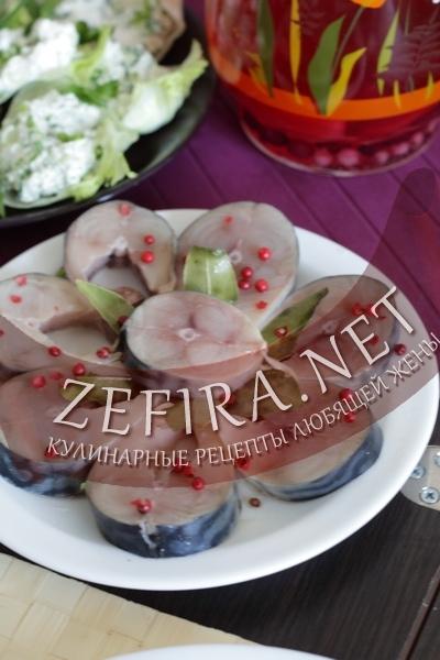 Скумбрия маринованная с розовым перцем