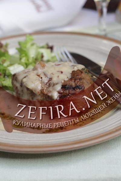 Говядина с соусом из белых грибов - домашний стейк