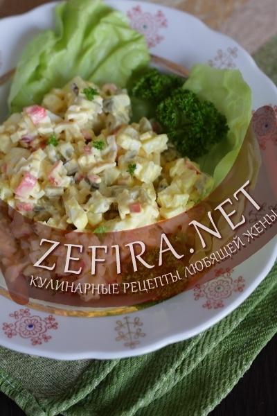 Простой салат с крабовыми палочками и картофелем