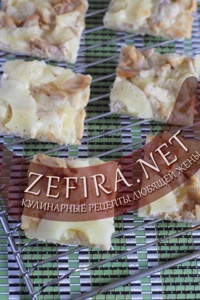 Пирог с курицей, сыром и ананасами