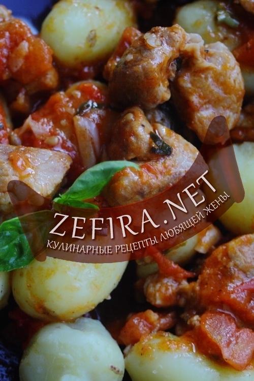 Свинина тушеная с помидорами и базиликом