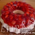 Десерт желейно-творожный со свежей земляникой «Кольцо любви»