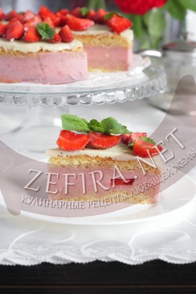 Бисквитный торт с клубничным суфле в мультиварке в разрезе