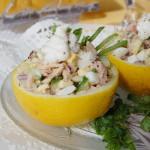 Салат из консервированного тунца с яйцом в лимонных чашах
