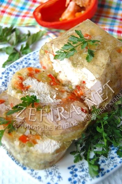Куриный рулет с овощами в желе - рецепт и фото