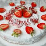 Бисквитный торт с клубникой и маскарпоне