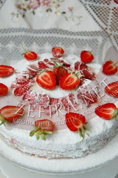 Бисквитный торт с клубникой и маскарпоне - рецепт и фото