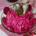 Маринованный салат из капусты с чесноком и свеклой