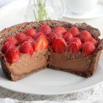 Шоколадный песочный торт с клубникой