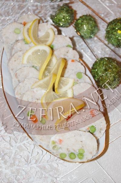Рулет из рыбного фарша с зеленым горошком и морковью - рецепт и фото