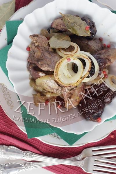 Печень куриная, тушеная с луком и черносливом - рецепт и фото