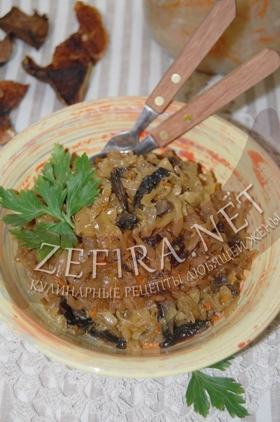 Тушеная квашеная и свежая капуста с сушеными грибами - рецепт и фото