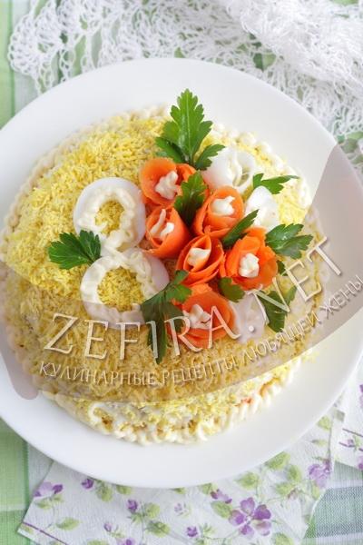 Слоеный салат с кальмарами 8 марта - рецепт и фото