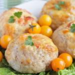 Куриные котлеты в духовке с помидорами и сыром