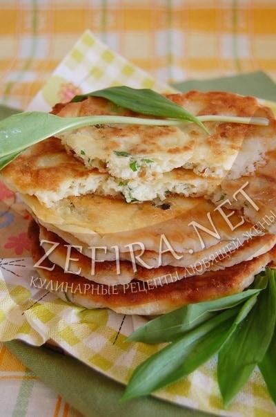 Пышные лепешки с сыром и черемшой - рецепт и фото