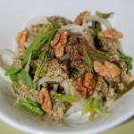 Салат из щавеля, шпината с луком и грецкими орехами