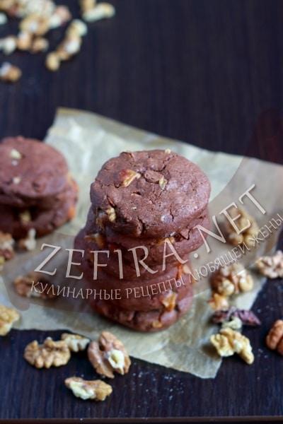 Шоколаднйо печенье с орехами и добавлением ириса