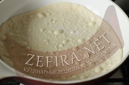 Торт на сковороде со сгущенкой - тесто шаг 6