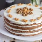 Медовый торт в мультиварке со сметанным кремом и грецкими орехами