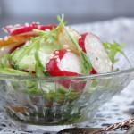 Салат из редиса и огурцов с грушей