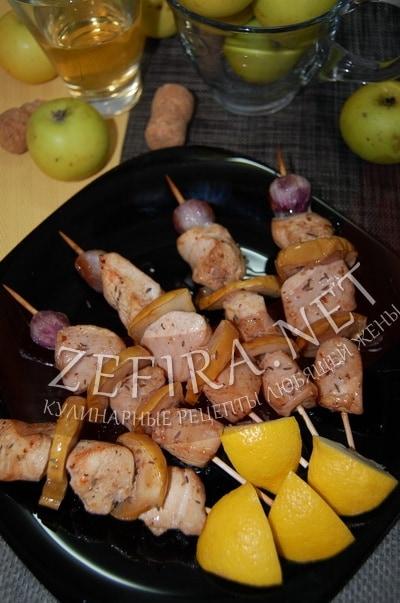 Шашлычки из куриного филе с яблоком в духовке - рецепт и фото