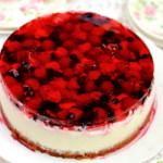 Шоколадный торт с ягодами и желе