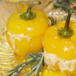 Запеченный в духовке перец, фаршированный овощами и сыром