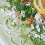 Зеленый салат с творогом и грецкими орехами